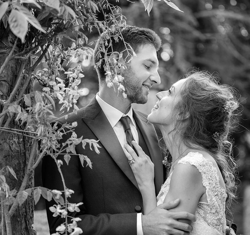 sposi-abbracciati-ritratto-in-bianco-e-n