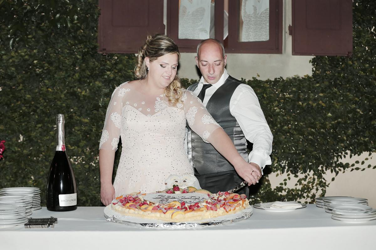matrimonio-toscana-elena-e-sandro-toscana-pelago-taglio-torta-sposi