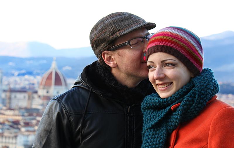 iasmin-e-gabriele-servizio-fotografico-firenze-san-valentino-bacio-sulla-guancia