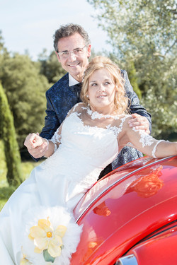 matrimonio-maura-e-giancarlo-castelfiorentino-toscana-sposi-seduti-sulla-macchina