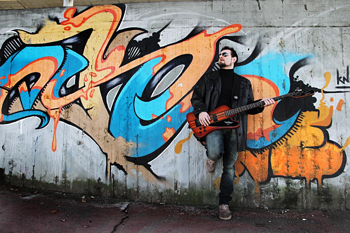 servizio-fotografico-musicista-graffiti-basso-uomo-bassista-firenze