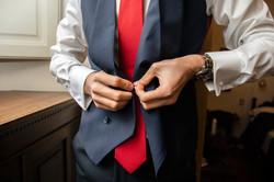 preparazione-sposo-dettaglio-mani-cravat