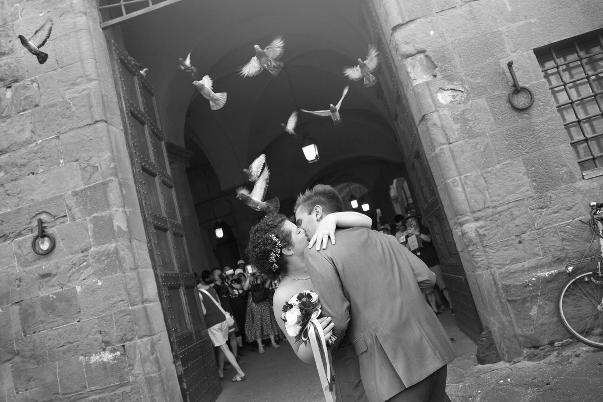 matrimonio-firenze-toscana-sala-rossa-palazzo-vecchio-martina-e-jacopo-bacio-con-piccioni