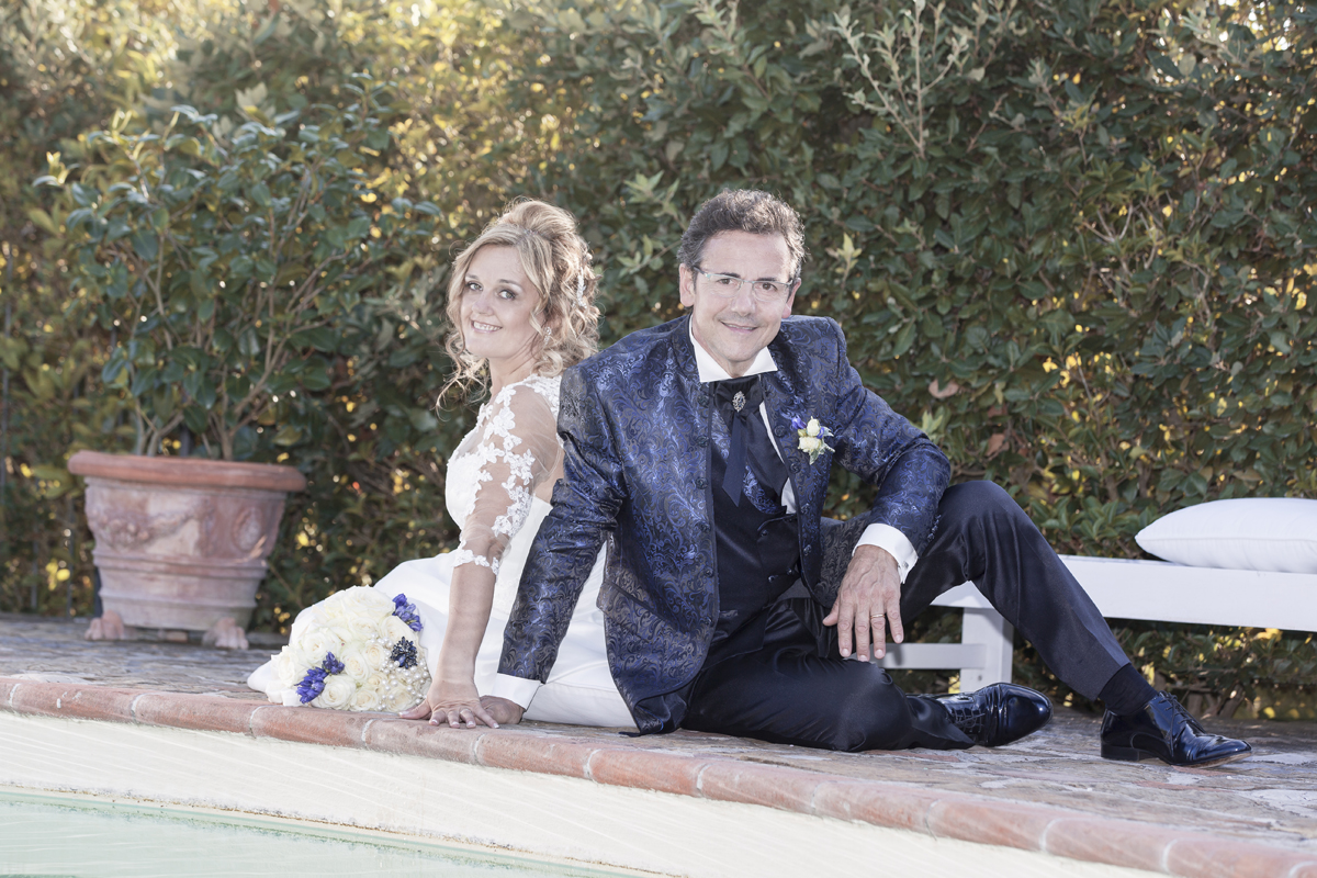 matrimonio-maura-e-giancarlo-castelfiorentino-toscana-sposi-a-bordo-piscina