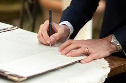 mani-sposo-che-firmano-atto-matrimoniale