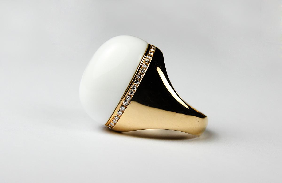 anello-oro-giallo-e-pietra-bianca