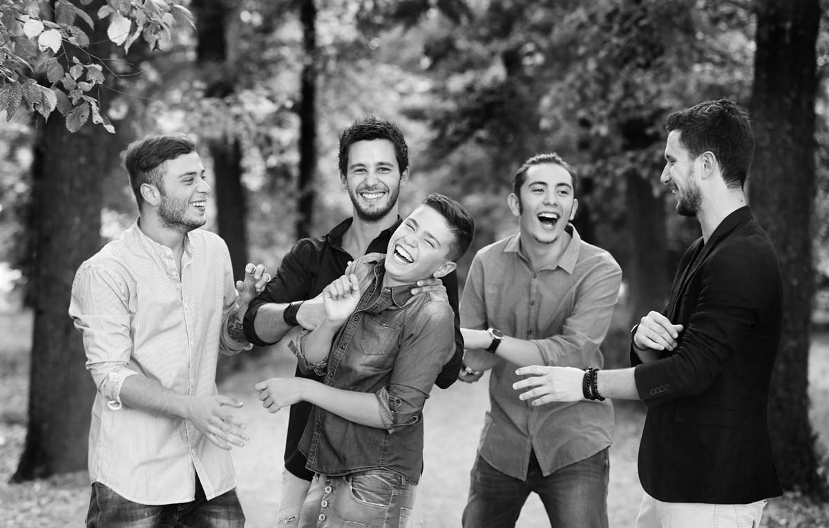 servizio-fotografico-famiglia-amici-gruppo-ragazzi-risate-biancoenero