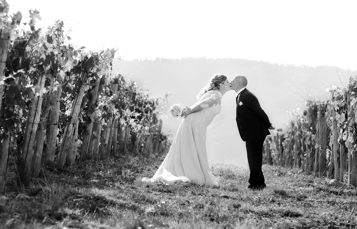 matrimonio-toscana-elena-e-sandro-toscana-pelago-bacio-tra-le-vigne