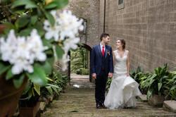 sposi-checamminano-con-fiori-in-primo-pi