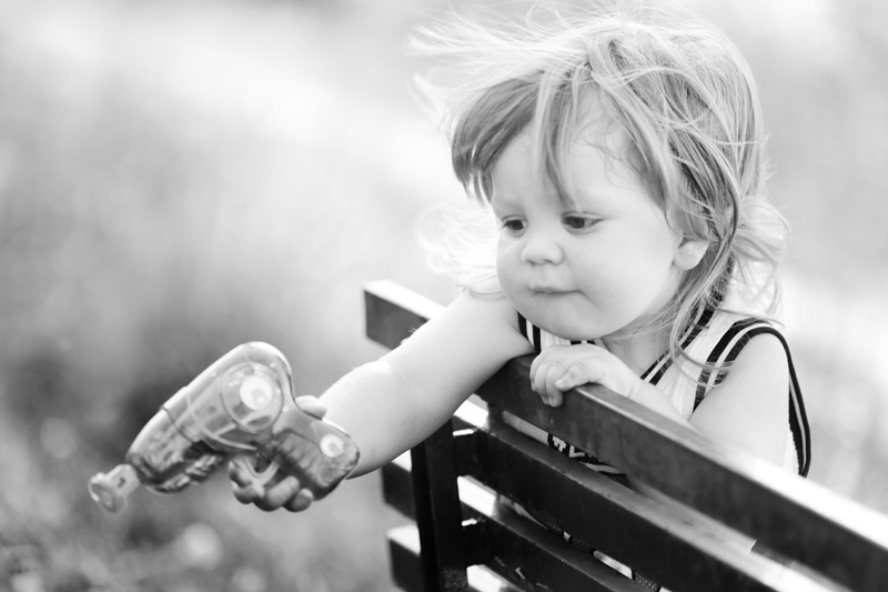 servizio-fotografico-bambino-firenze-giocattolo-biancoenero-bimbo