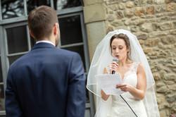 sposa-che-legge-le-sue-promesse-cerimoni