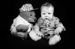 servizio-fotografico-bambino-firenze-orsetto-biancoenero-in-atudio