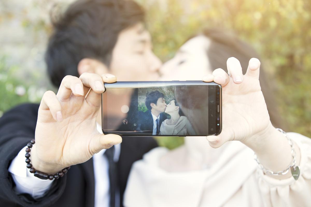 servizio-fotografico-coppia-autoscatto-cellulare-bacio