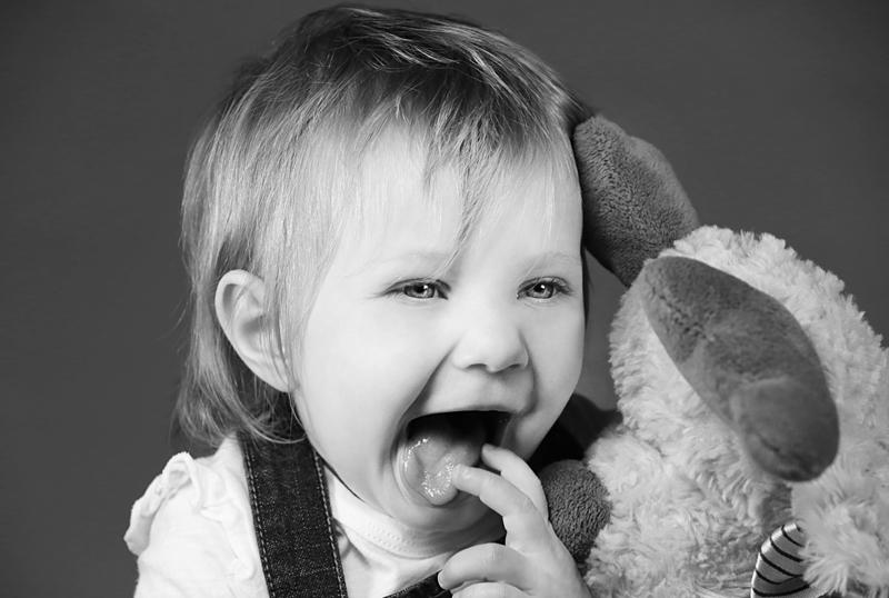 servizio-fotografico-bambina-firenze-linguaccia-sorriso-bimba-biancoenero