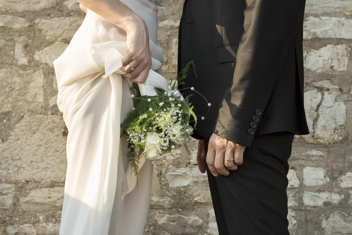 matrimonio-cristina-e-matteo-toscana-dettaglio-vestiti-sposi