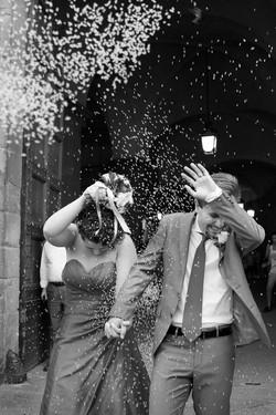 matrimonio-firenze-toscana-sala-rossa-palazzo-vecchio-martina-e-jacopo-uscita-dal-comune-riso