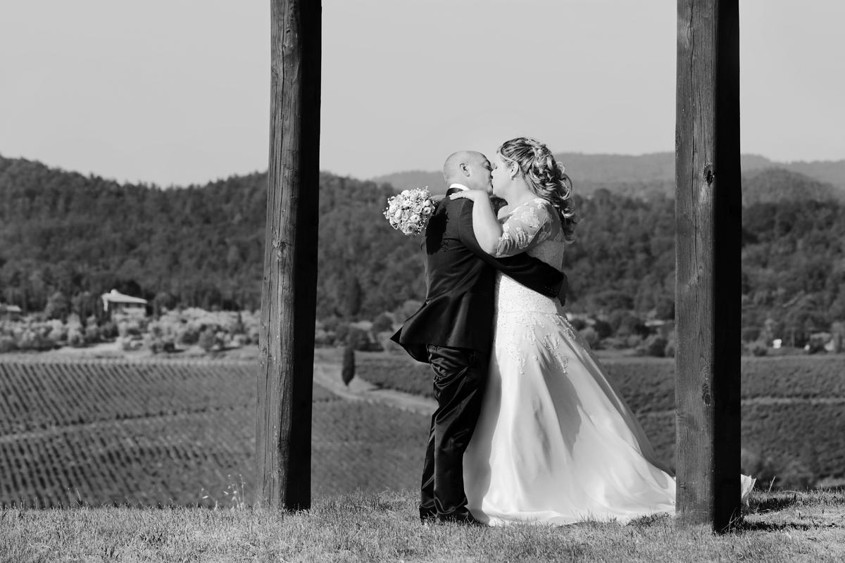 matrimonio-toscana-elena-e-sandro-toscana-pelago-sposi-bacio-vento