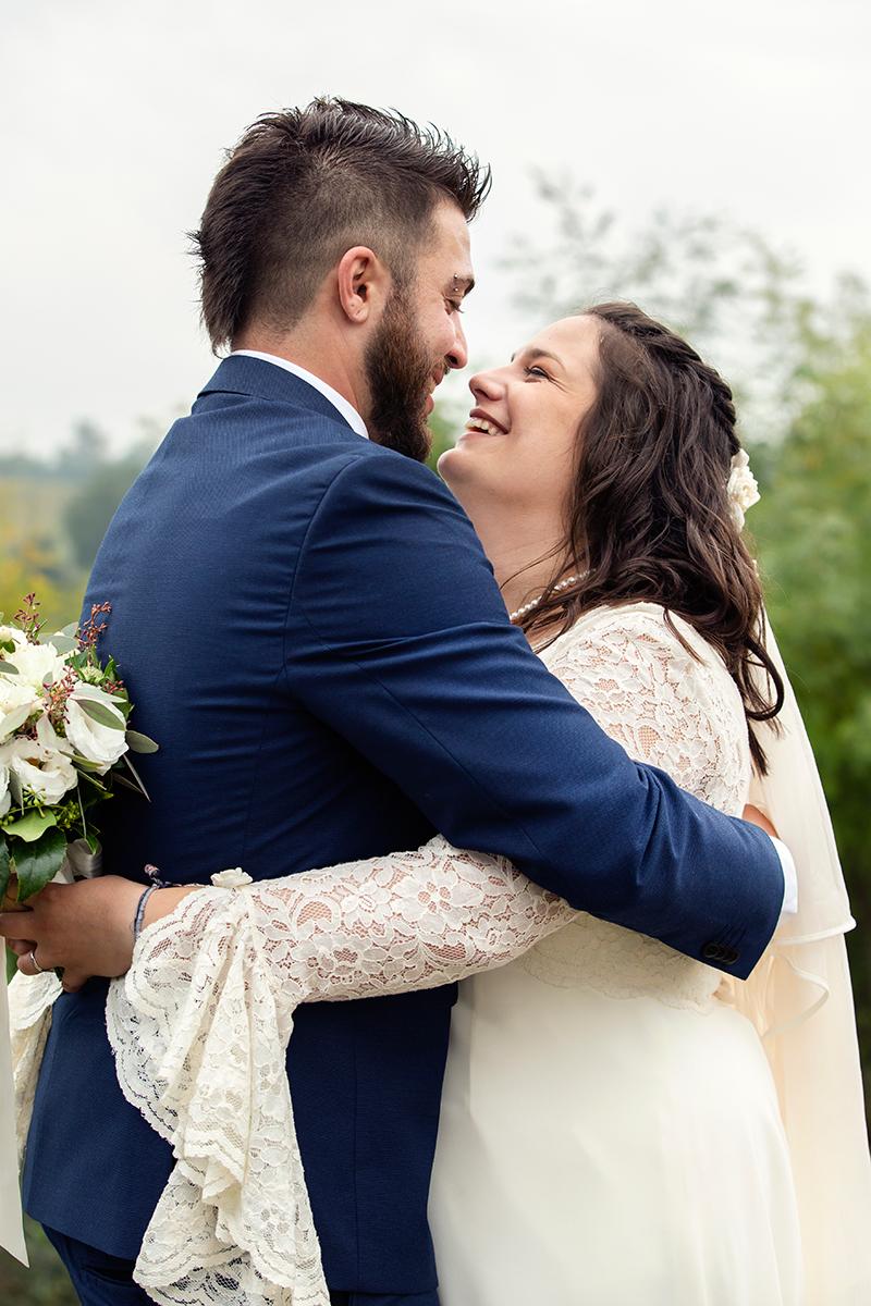 abbraccio-spontaneo-sposi