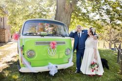 caludia-e-francesco-matrimonio-toscana-sposi-camioncino-verde