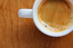 dettaglio-tazza-di-caffe-su-tavolo-di-legno