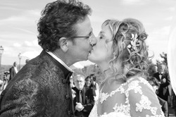 matrimonio-maura-e-giancarlo-castelfiorentino-toscana-bacio-sposi-bianco-e-nero