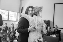 matrimonio-toscana-abbraccio-sposi