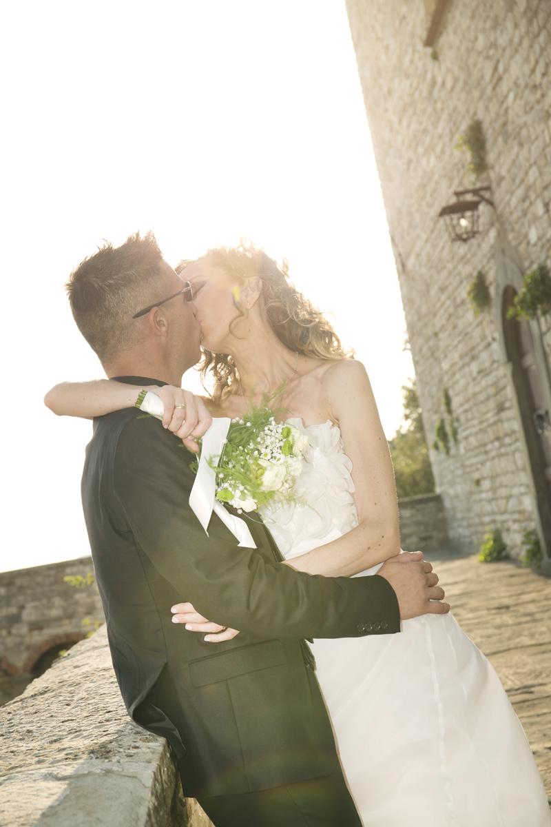 matrimonio-cristina-e-matteo-toscana-bacio-controluce