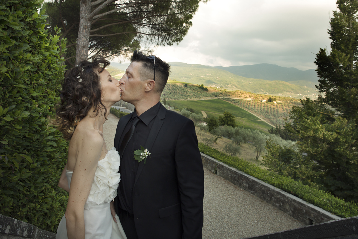 matrimonio-cristina-e-matteo-toscana-bacio-paesaggio-pelago