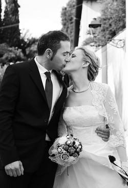 matrimonio-raffaella-e-vincenzo-sesto-fiorentino-firenze-bianco-e-nero-romantico-bacio-sposi