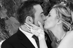 matrimonio-raffaella-e-vincenzo-sesto-fiorentino-firenze-bianco-e-nero-bacio-pizzo-sposa