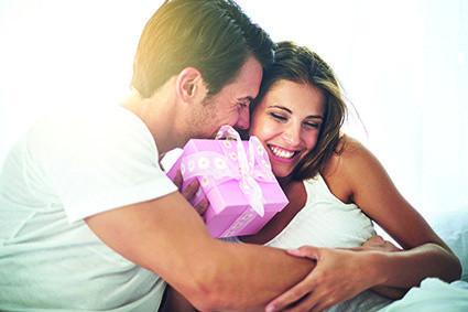 Kā iedvesmot vīrieti dāvināt dāvanas un ziedus?