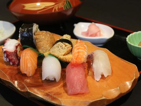 見習いの人が握るお寿司
