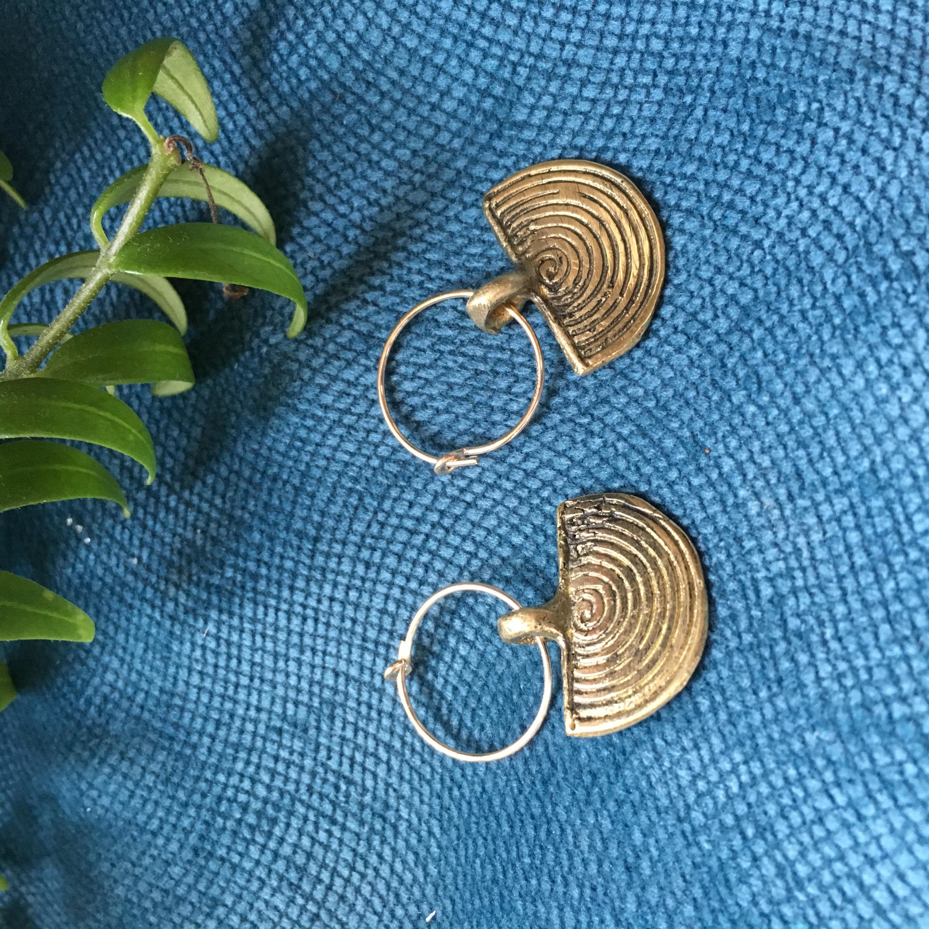 Boucles bronze rondes