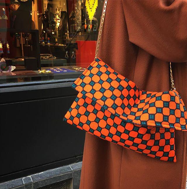 Le nouveau petit sac à main wax avec sa petite chaînette cuivrée! La petite pièce qui donne du pep's