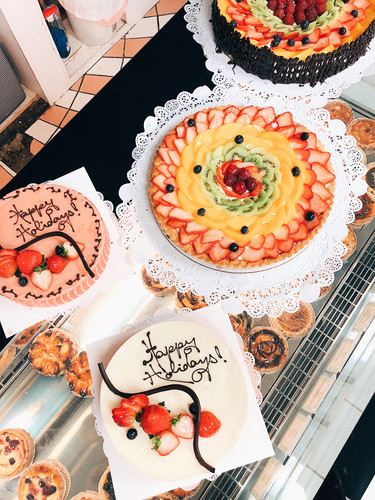 More Holiday Cakes to Choose From!