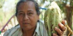 mujer con semilla de cacao