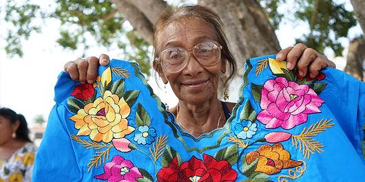 mujer del sureste mexicano con blusa bordada tradicional