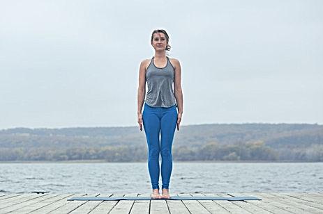 hermosa-joven-practica-yoga-asanas-tadas