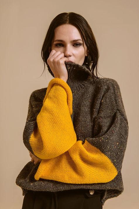 Maglione di lana grigio e giallo a collo alto