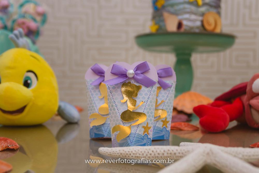 fotografia de decoração de festa infantil com tema sereia ariel