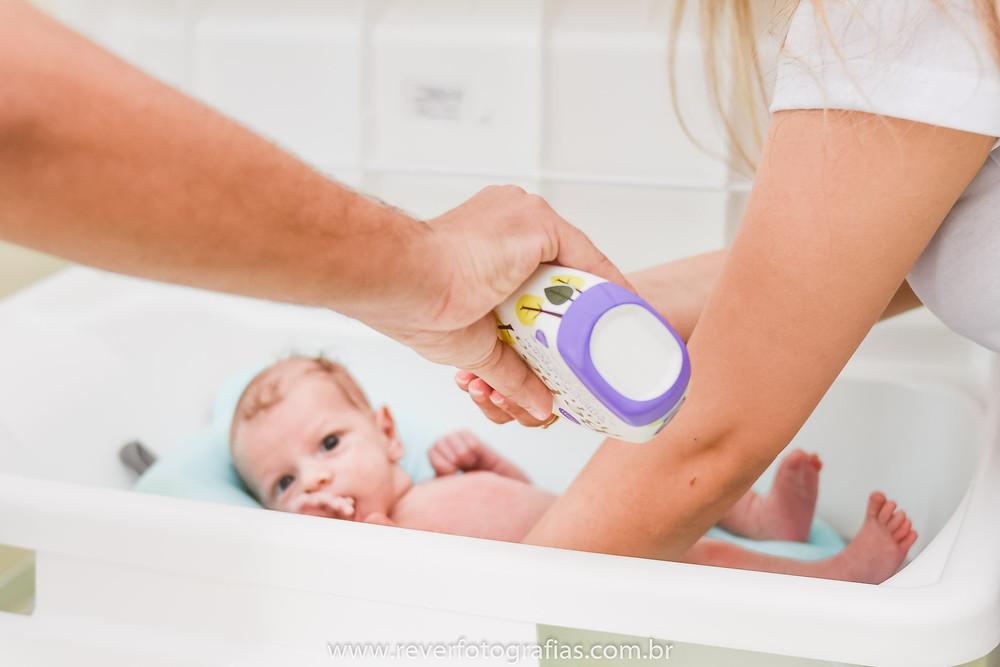 rever fotografias bebê recém nascido tomando banho  na banheira