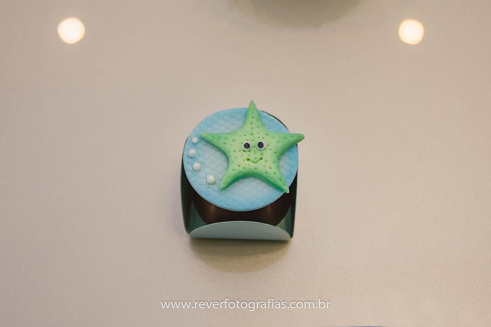 fotografia de trufa decorada com estrela do mar