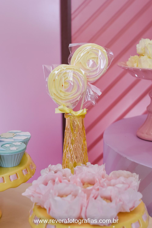 fotografia de doce suspiro amarelo e rosa