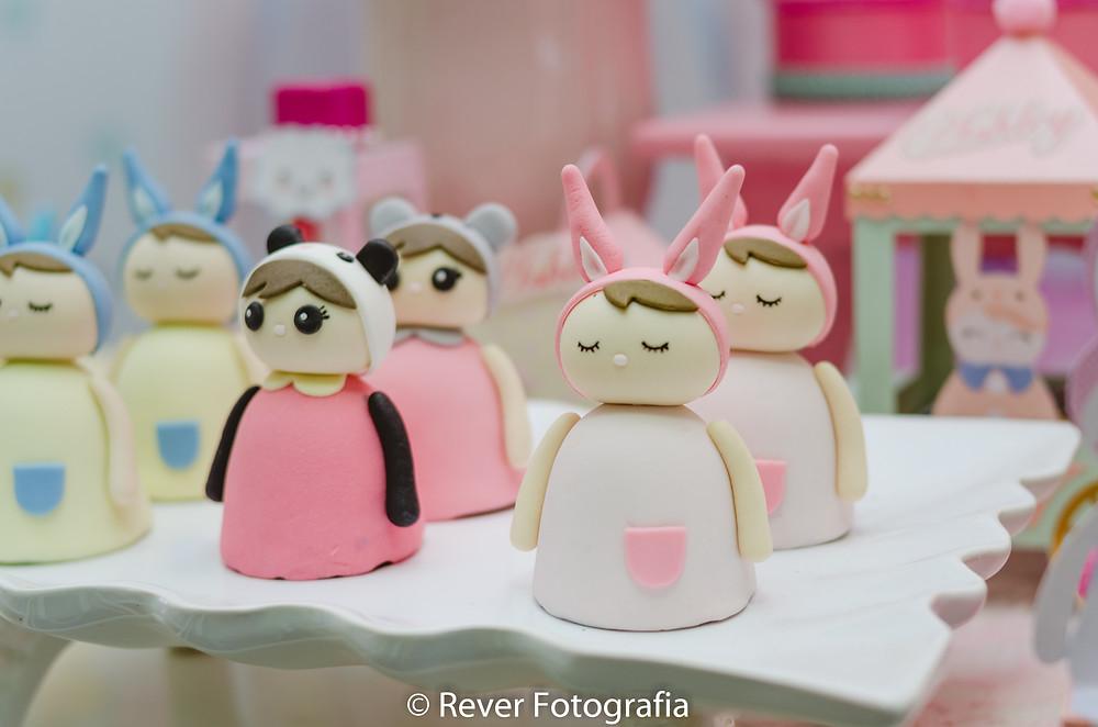 fotografia de doces de festa infantil com tema da boneca me too