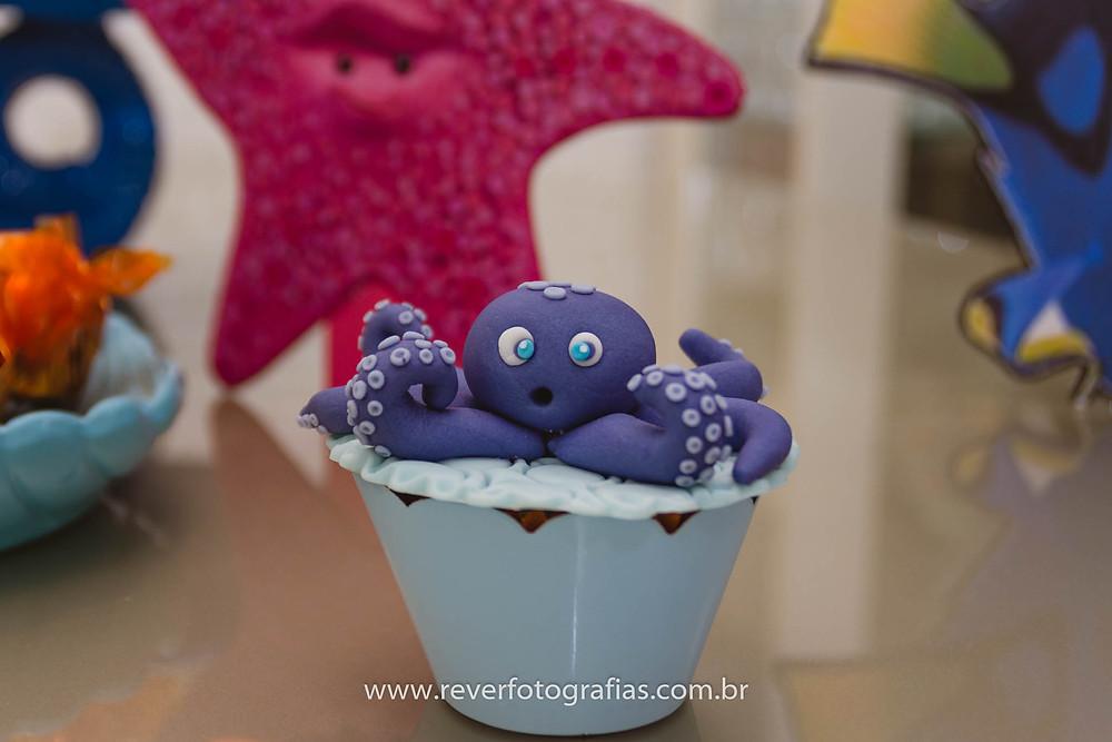 fotografia de cupcake de pasta americana decorado com polvo