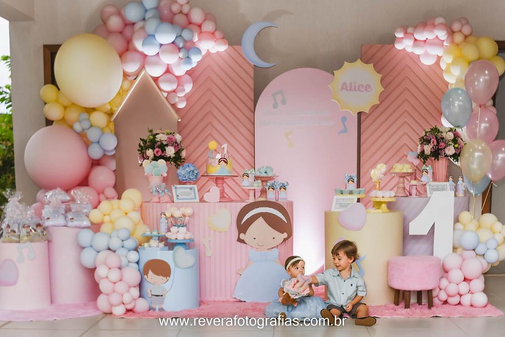 fotografia de decoracao de festa infantil menina alice 1 ano em casa