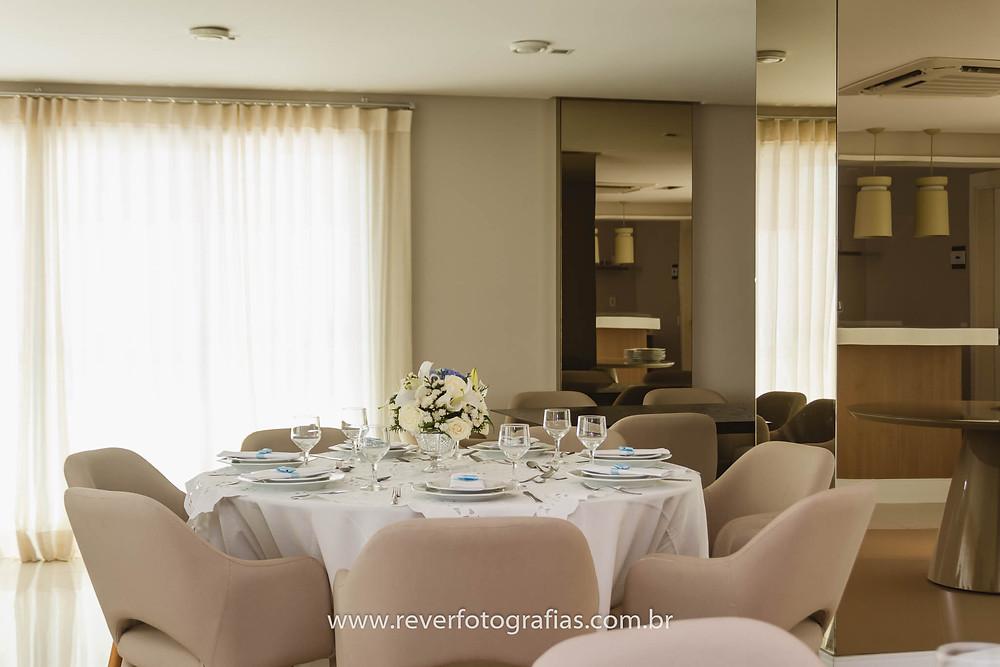 mesa de convidados decorada para almoço em família