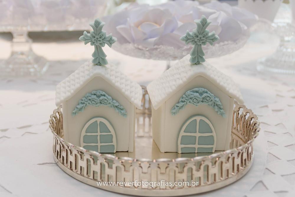doces personalizados me forma de igreja feitos em pasta de acucar em mesa de batizado