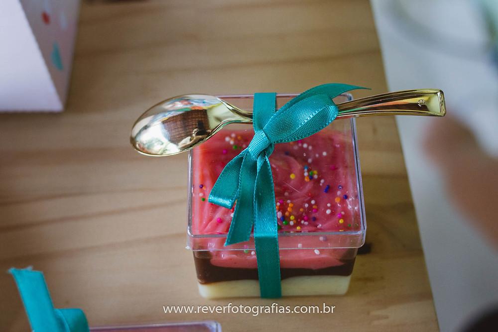 fotografia de caixa de acrilico com mousse colorido