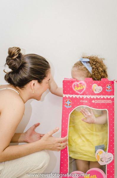 rever fotografias: foto criativa e espontanea de bebe brincando com sua mãe dentro da caixa de boneca em sua festa de aniversário infantil de 2 anos com tema da boneca metoo realizada no salão de festas de condominio no bairro jardins na cidade de aracaju sergipe